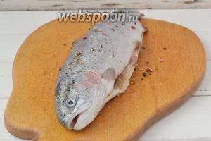 Смесь перцев раздавить в ступке или тупым предметом. Смазать рыбу солью и измельчённым перцем. Внутрь тушки положить 1 столовую ложку горчицы в зёрнах, равномерно размазать.