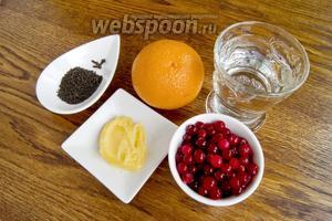Для чая понадобятся вода, чёрный чай, апельсин, клюква, гвоздика.