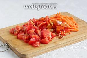 Подготовить остальные овощи. Перец, морковь, помидоры нарезать удобным способом. Я обычно морковь нарезаю соломкой, а помидоры и перец кубиками. Если есть желание, то добавить и острый перчик, у меня всего 1/4, но с семенами.