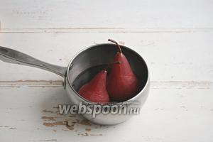 Когда содержимое кастрюли нагреется, сахар растворится, поместить туда груши и варить на среднем огне 25 минут, переворачивая груши, чтобы они приобрели равномерный цвет. Выключить огонь, оставить груши в сиропе до остывания.