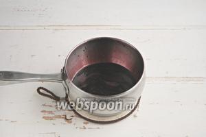 Из оставшейся жидкости нужно сварить сироп-патоку, уваривая на среднем огне 25 минут. Получается тягучий сироп.