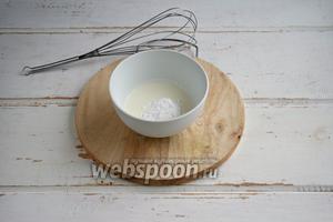 Пока остывает сироп, приготовить крем. Взбить сливки с сахарной пудрой.