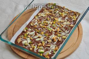 Посыпьте сверху орехами, чуть прижимая их ладошкой, чтобы после застывания они не отвалились! Уберите шоколад в холодильник на 30 минут, а лучше на 1 час!