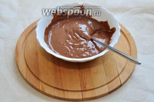 Поломайте шоколад в миску и растопите удобным для вас способом — на водяной бане, либо в микроволновке в импульсном режиме, каждые 20 секунд перемешивая, пока не добьётесь жидкой консистенции!