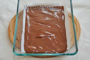 Выложите удобную для вас форму бумагой, либо пищевой плёнкой и вылейте поверх шоколад.