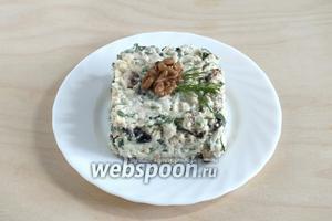 Подавайте салат к столу, украсив грецким орехом.