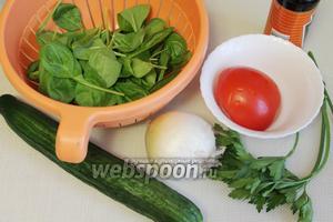 Для приготовления салата взять свежий шпинат, огурец, помидор, салатный лук, петрушку, соевый соус, майонез и консервированную кукурузу.