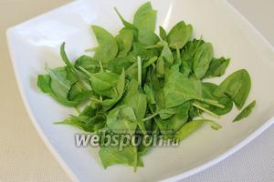 Шпинат промыть, осушить и выложить в салатник, можно крупные листья порезать или порвать.