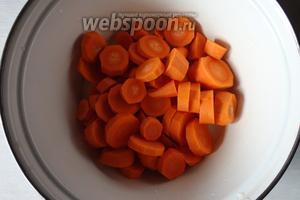 Далее морковь почистим, нарежем крупно. Морковь добавляем к фасоли, варим до готовности моркови.