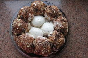 Достаём яйца-шарики, даём схватиться, можно положить их в холодильник. Помещаем яйца в гнездо. Даём торту пропитаться. Приятного аппетита!