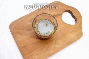 Для пропитки заварите кофе с сахаром и остудите.