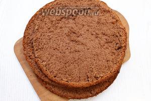 Готовый бисквит полностью остудите. Разрежьте на 3 коржа.