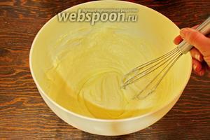 Мягкое масло взбить с сахаром и ванилью (5 минут), влить белки, тщательно взбить до пышности и однородности.