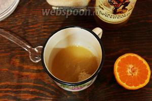 Пока займёмся глазурью: смешать коричневый сахар, сок (в оригинале апельсиновый) и ром, нагреть до растворения сахара.