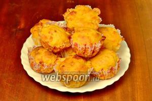Булочки хорошо поднимутся, Моцарелла сначала запузырится, а затем запечётся. Зарумянившиеся булочки выкладываем на тарелку. Можно есть как тёплые, так и холодные. Очень вкусно!