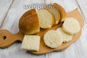 Хлеб нарезать дольками. Снова использовать вырубку. Если нет возможности получить основу канапе круглой формы, можно нарезать батон квадратами.