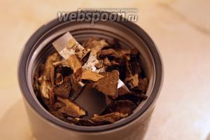 Чтобы измельчить хорошо подсушенные лесные грибы, воспользуемся электрической мельничкой.