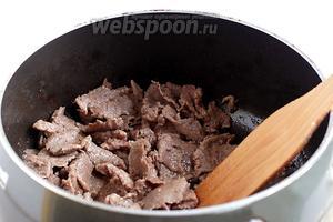 Разогреть растительное масло. Я написала, что его нужно 2 ложки, возможно ещё меньше, так как я никогда не измеряю, а лью приблизительно. Быстро обжарить мясо до изменения цвета, затем подсолить и поперчить. Главное, не затянуть процесс, чтобы мясо не стало жёстким. Лучше попробовать, мягко ли. Затем добавить лук и, помешивая, обжарить ещё 2-3 минуты, чтобы лук отдал свой запах мясу. Лук станет слегка мягким.