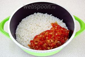 Тушёную овощную массу выложить к рису и влить вино.