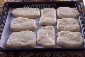 Выкладываем 8 хачапури на лист с пергаментом и даём  им немного подняться, пока будет разогреваться духовка до 190°С.