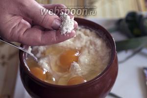 Подсоливаем. Можно использовать не поваренную соль, а глутаминат.