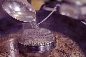 В бульоне будем варить вымытый рис. Для этого используем специальное приспособление — закручивающееся ситечко. При его отсутствии, используйте муслиновый мешочек, делайте узелок из марли. Долейте горячий овощной бульон или воду, чтобы рис был покрыт.