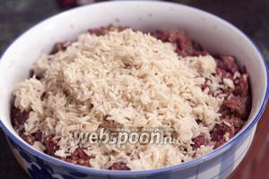 Подваренный рис следует остудить и добавить в бараний фарш.