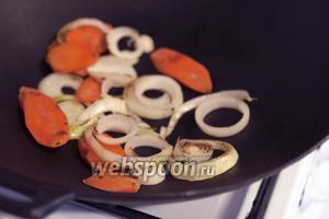 Для хорошего цвета бульона заколеруем в сухом воке морковь и лук.