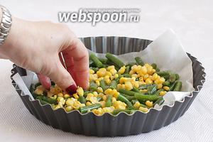 По дну промасленного пергамента распределить фасоль и кукурузу.