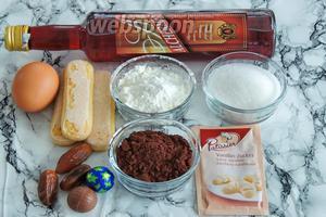 Подготовим ингредиенты: бисквитное печенье Савоярди, яйца большие, вес 1 печенья около 73 г, кукурузный крахмал, сахар и ванильный сахар, сахарную пудру, какао (не требующее заваривания), молоко (жирностью не менее 3,2%), шоколадные конфеты и цукаты (у меня финики).