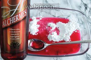 Для сиропа размешиваем ликёр, воду и сахарную пудру. Если такого ликёра не имеется в наличии, то можно заменить на десертное вино, такое как Марсала, Марашино или ром.
