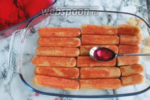 Выкладываем классически бисквит Савоярди и поливаем 1/2 сиропа.