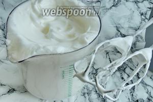 Белки с 1 щепоткой соли взбиваем до крепкой пены. Добавим 2 ст. л. сахара и дальше немного ещё взбиваем, пока пена не заблестит.