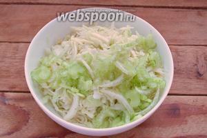 К нашинкованной капусте добавьте соль, сахар и чёрный молотый перец. Помните капусту руками.