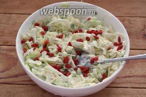 Слейте воду с ягод Годжи. Воду можно выпить (она полезна). Сами ягоды добавьте в салат. Подайте салат к столу.