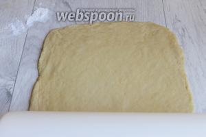 Делим тесто на 3 части. 1 раскатываем в пласт 20х30 см. Затем нам надо будет раскатать ещё 2 таких же пласта.