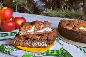 Шоколадный пирог с яблоками и творожной начинкой