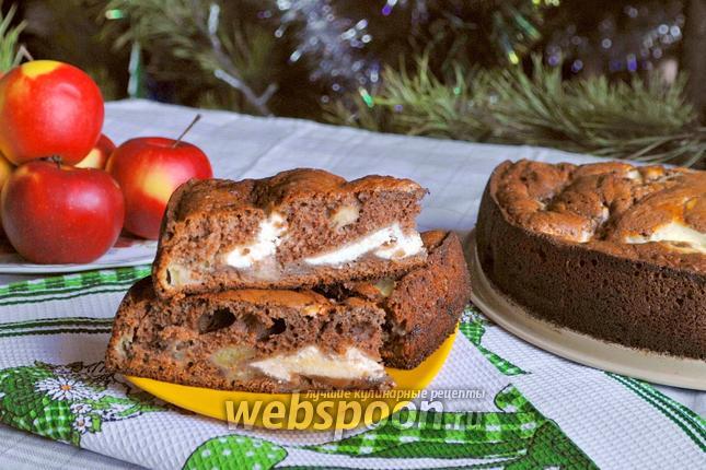 Фото Шоколадный пирог с яблоками и творожной начинкой