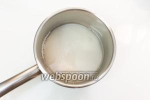 Сахар смешаем с водой (140 мл).