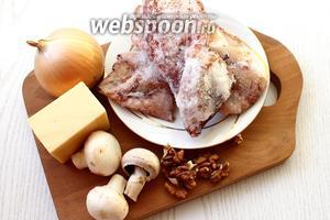 Для приготовления нам понадобятся: сыр твёрдый, кальмары свежемороженные, шампиньоны, лук репчатый, орехи грецкие, майонез, соль и масло растительное.