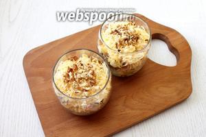 Слои повторите. Салат перед подачей охладите. Наш ореховый салат с кальмарами готов, приятного аппетита!