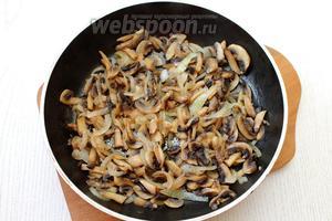 Обжарить грибы и лук на масле до испарения жидкости. Посолить по вкусу, дать грибам остыть.