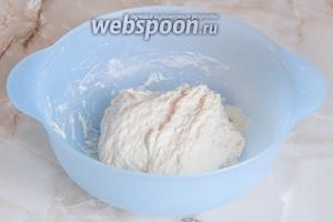 Вымешиваем тесто долго — лучше минут 20. Тесто в процессе становится гладким и однородным, но оно мягкое и не очень липкое. Оставляем тесто подходить в тепле, пока оно не вырастет раза в 2-3.