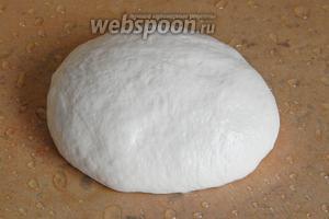 Если тесто будет липким, смажьте руки маслом. Сформируйте шар и переложите его на пергамент, смазанный маслом.