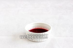 Смешать выделившийся от вишни сок с жидкостью от коктейльной вишни.