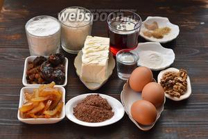 Для приготовления кекса нам понадобится какао, мука, изюм, апельсиновые цукаты, апельсиновый сок, сливочное масло, грецкие орехи, финики, ром, разрыхлитель, сахар, чернослив, клубничный сироп, пряности (кардамон, имбирь, кориандр, мускатный орех), яйца.