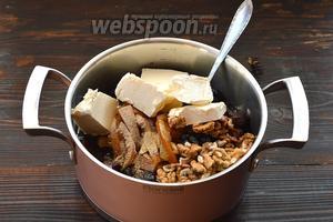 Соединить промытый изюм, финики и чернослив без косточек, апельсиновые цукаты, апельсиновый сок, орехи, пряности и сливочное масло, сироп, ром, сахар. Немного прогреть до растворения масла.