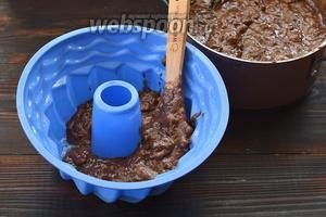 Круглую форму для кексов слегка смазать подсолнечным маслом и выложить в неё тесто. Теста хватит на 2 таких формы.