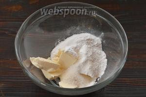 Соединить мягкое сливочное масло и сахарную пудру.