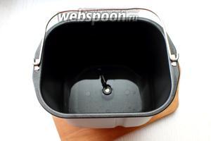 Воду подогрейте до 35°С и налейте в чашу. Для выпечки 500 граммовой булки возьмите 200 мл воды, для 750 граммовой булки — 275 мл.